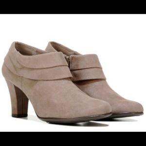 Aerosoles NWOT camel tan ankle booties suede 8.5
